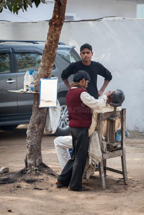 Parrucchiere economico della via in India fotografia stock libera da diritti
