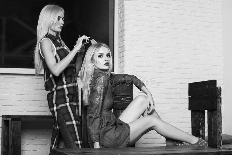 Parrucchiere femminile che fa acconciatura alla giovane donna fotografia stock libera da diritti