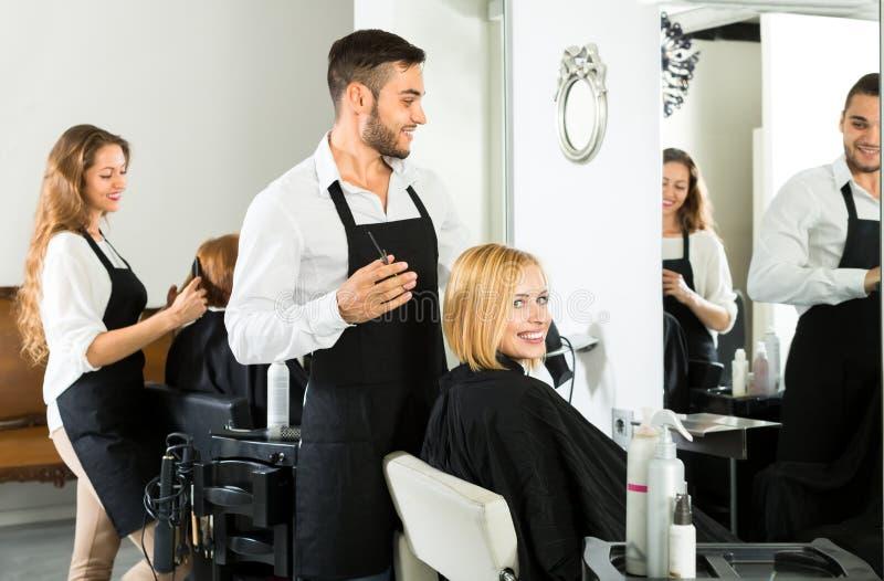 Parrucchiere maschio che fa taglio di capelli fotografia stock