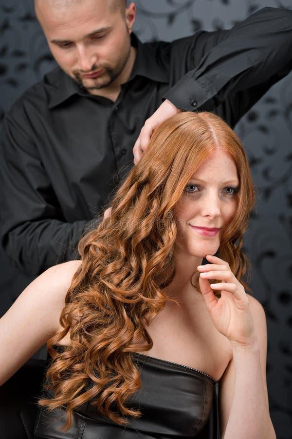 Parrucchiere professionista al salone di lusso immagine stock