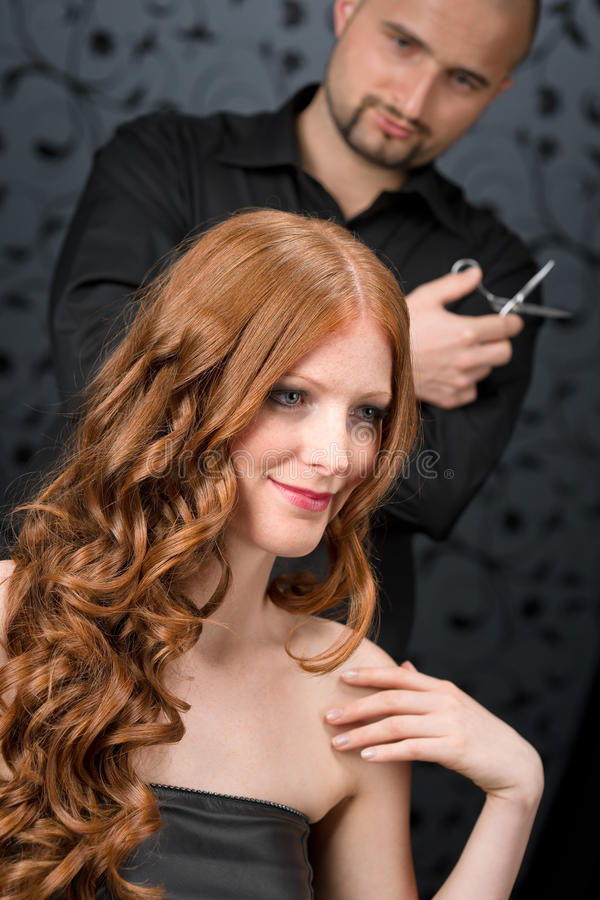 Parrucchiere professionista al salone di lusso fotografie stock libere da diritti