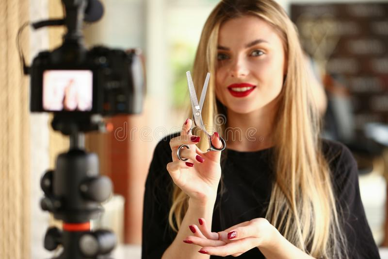 Parrucchiere Vlogger con le forbici d'acciaio per taglio di capelli fotografie stock libere da diritti