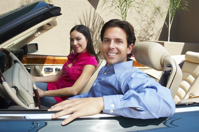 Parsammanträde i en cabriolet royaltyfri bild