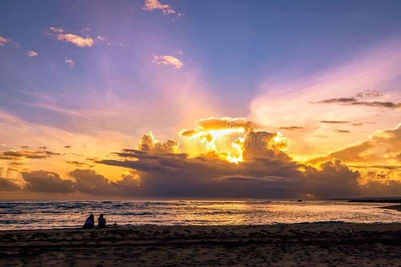 Parsammantr?de p? stranden Soluppgång på havet i det karibiskt Puerto Plata royaltyfri bild