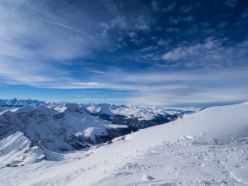 Parsenn berg runt om Davos fotografering för bildbyråer
