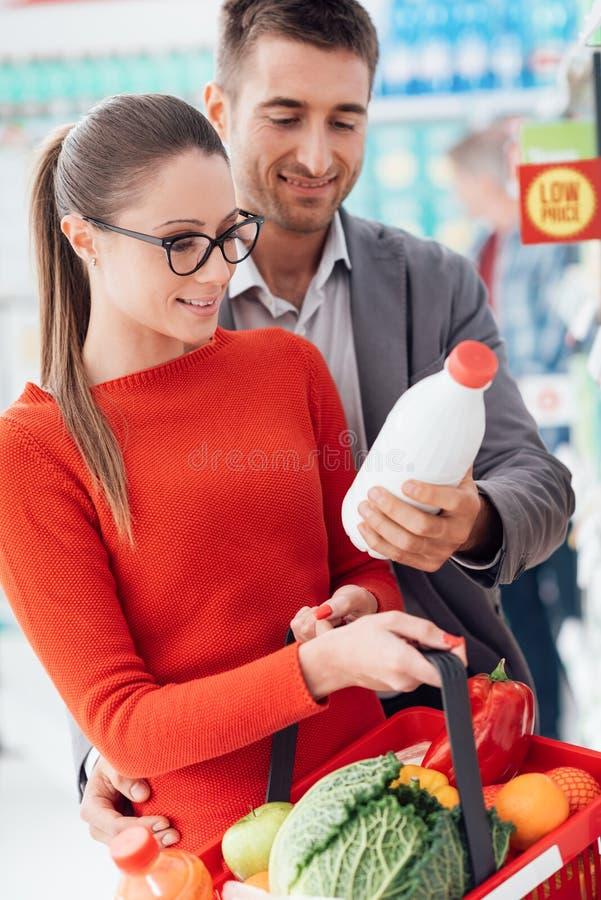 Parshopping på supermarket royaltyfria foton
