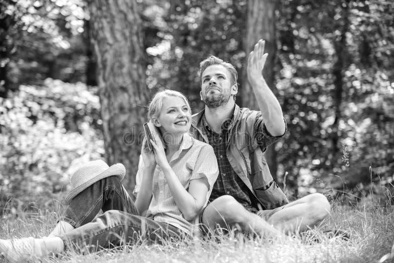 Parsoulmates p? det romantiska datumet Romantiska parstudenter tycker om fritid som ser observera upp?t naturbakgrund royaltyfri fotografi