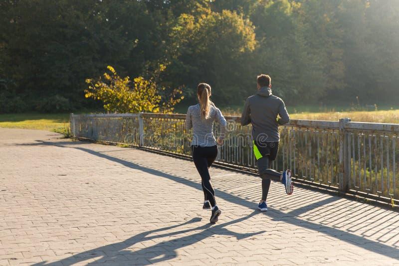 Parspring eller jogga utomhus arkivfoton