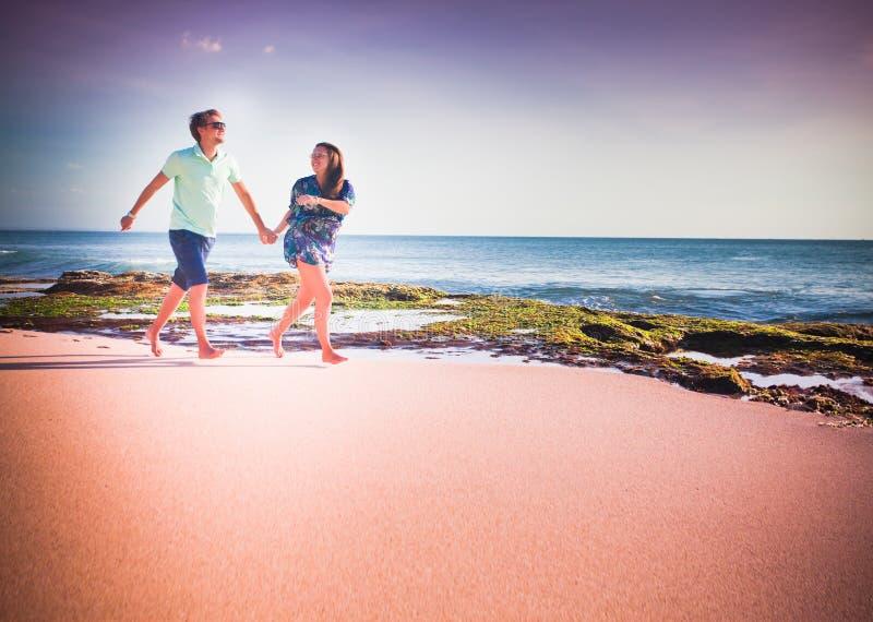 Parspring på stranden royaltyfri bild