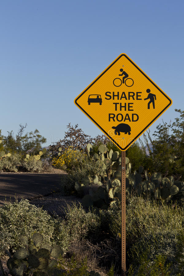 Part d'avertissement le panneau routier en parc national de Saguaro image libre de droits
