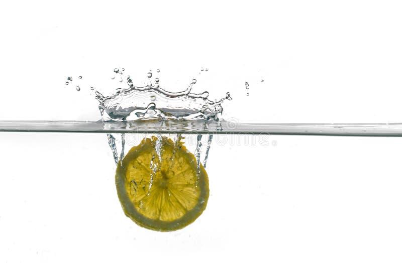 Part de citron tombant dans l'eau photos libres de droits