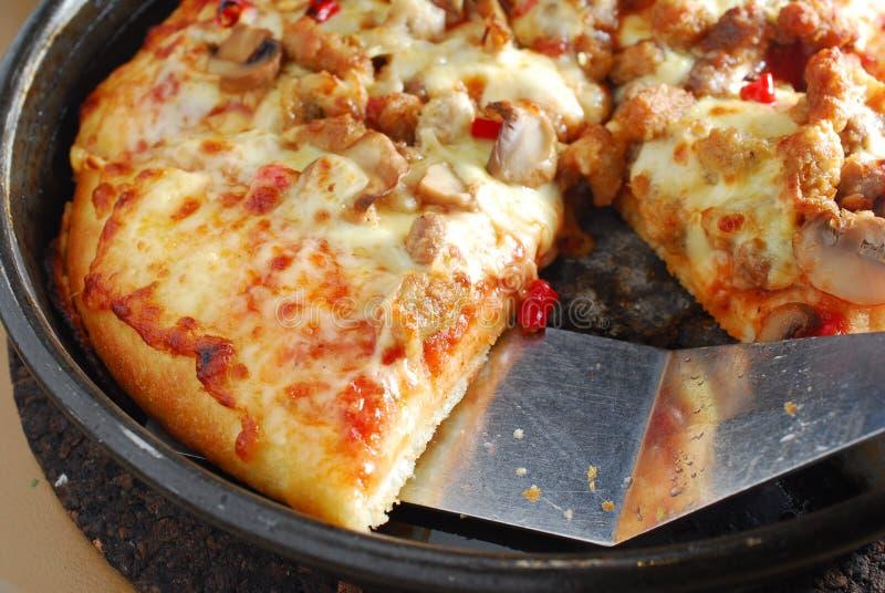 Part fraîche de pizza dans le carter image stock