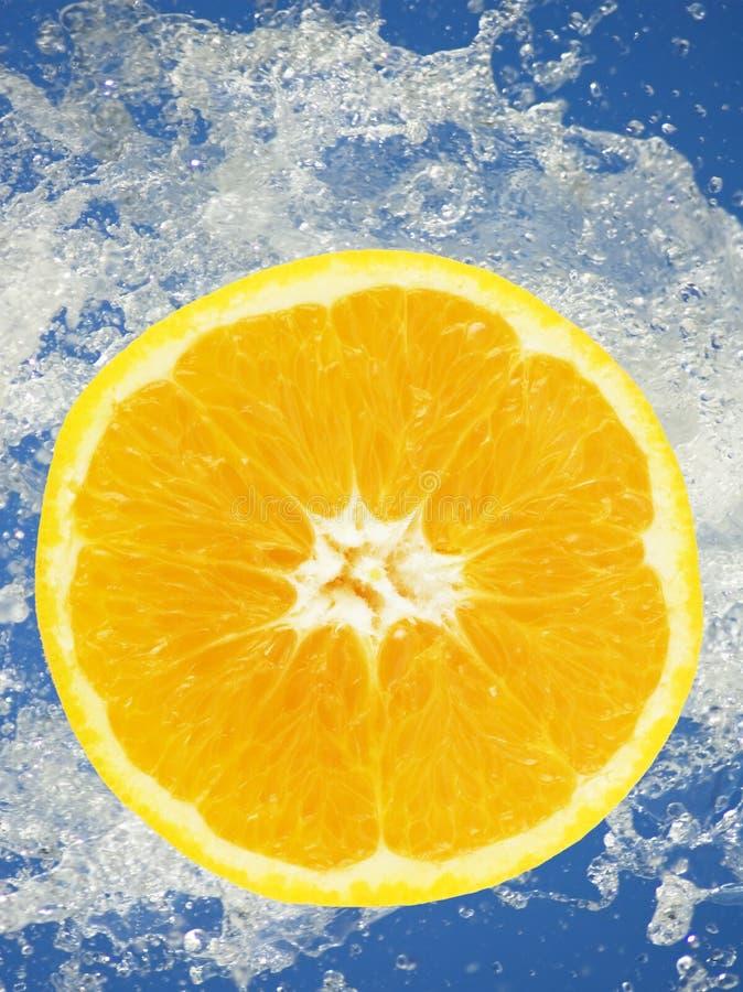 Part orange dans l'eau photographie stock libre de droits
