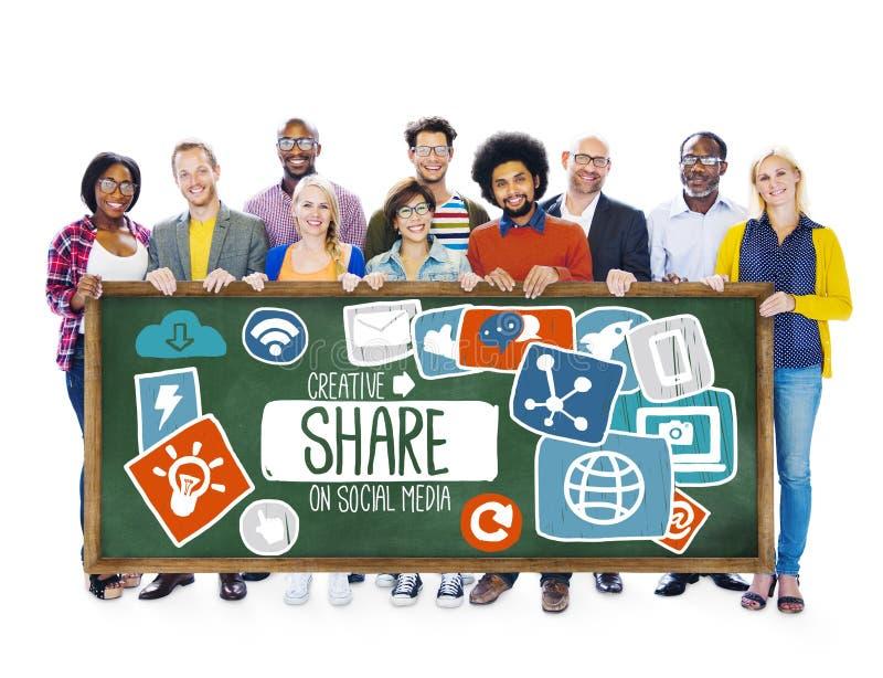 Part partageant le concept en ligne de téléchargement de mise en réseau sociale de media images libres de droits