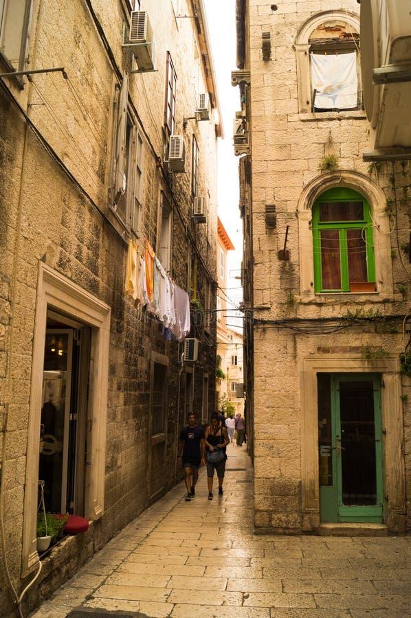 Parta Dalmacia Croacia 09/06/2018: Calle estrecha vieja dentro del palacio de Diocletian foto de archivo libre de regalías