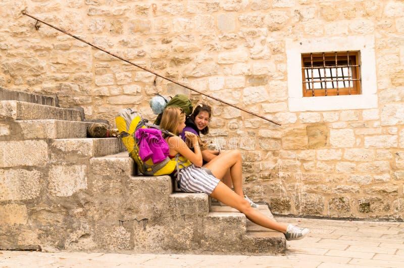 Parta Dalmacia Croacia 09/06/2018: Parta, Dalmacia, Croacia; 09/07/2018: Muchachas que se sientan en los pasos imagen de archivo