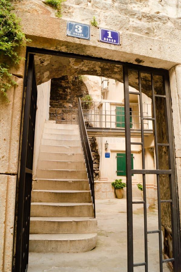 Parta Dalmacia Croacia 09/06/2018: Pasos y puertas dentro del patio fotos de archivo