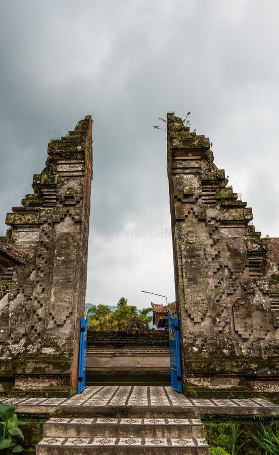 Parta la puerta al templo de Ulun Danu Beratan, Bedoegoel, Bali Indonesia foto de archivo