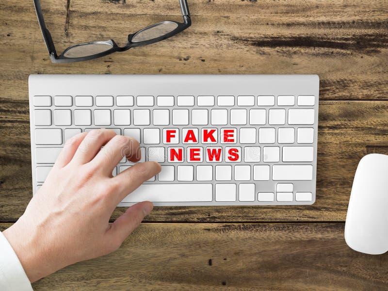 Partager social de fausses actualités photo stock