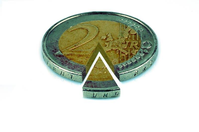Partager une pièce de monnaie de l'euro deux sur un fond blanc photo libre de droits