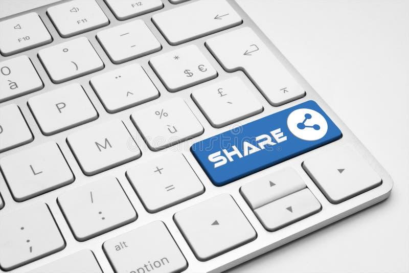 Partagez le bouton bleu avec une icône de réseau sur un clavier d'isolement par blanc photos stock