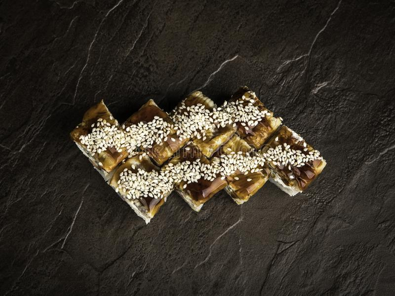 Partagez les petits pains de style japonais avec de la sauce foncée et la vue supérieure des graines de sésame photographie stock