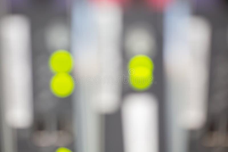 A parte anterior do servidor que mostra interruptores coloridos e que prende o sumário borrou a imagem para o uso como um fundo foto de stock royalty free