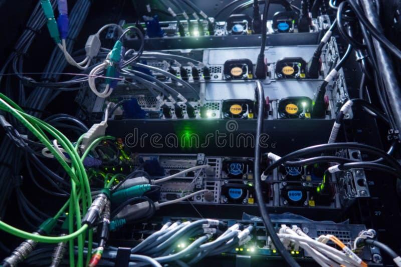 Parte anterior do servidor que mostra interruptores e prender fotografia de stock