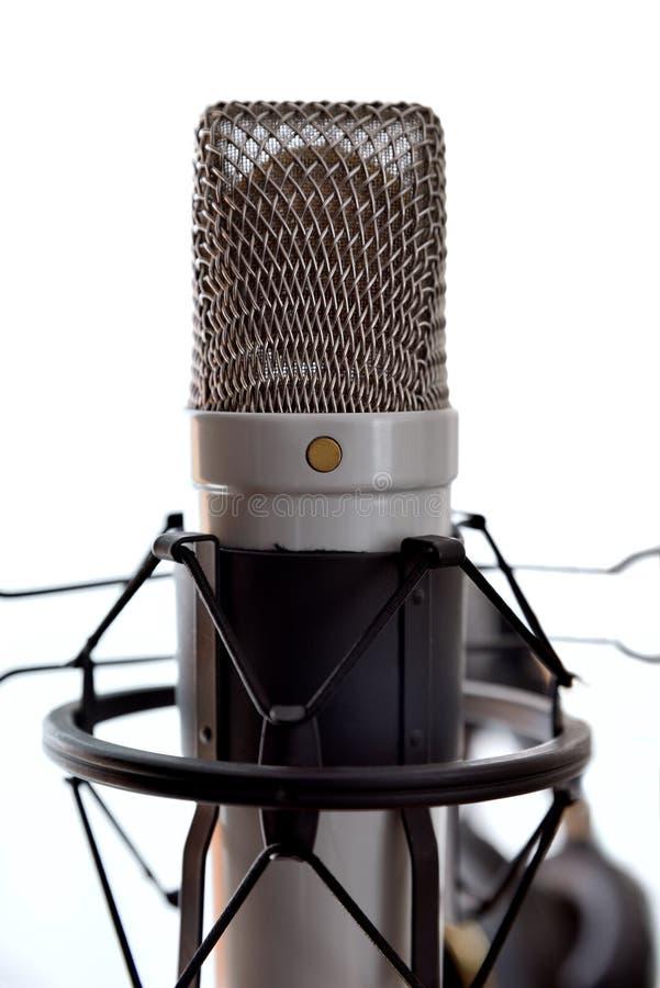 Parte anteriore bianca del fondo del microfono a condensatore e dell'attrezzatura dello studio immagine stock
