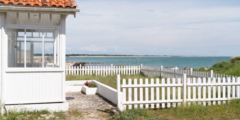 Parte anteriore bianca della casa di spiaggia di Arcachon Bassin nel furetto del cappuccio in Francia in modello dell'insegna di  immagini stock