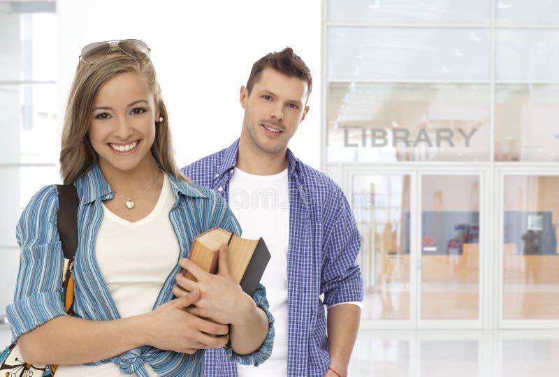Parte anteriore degli studenti della biblioteca fotografia stock