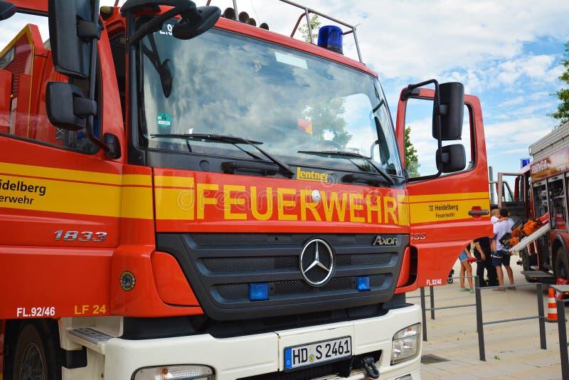 Parte anteriore del camion dei vigili del fuoco tedesco rosso con le entrate principali aperte fotografie stock libere da diritti