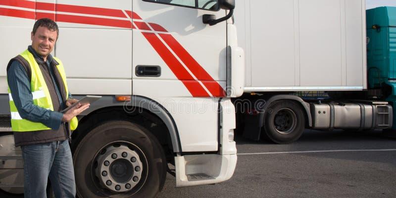 Parte anteriore del driver di camion della cabina di grande camion moderno immagine stock