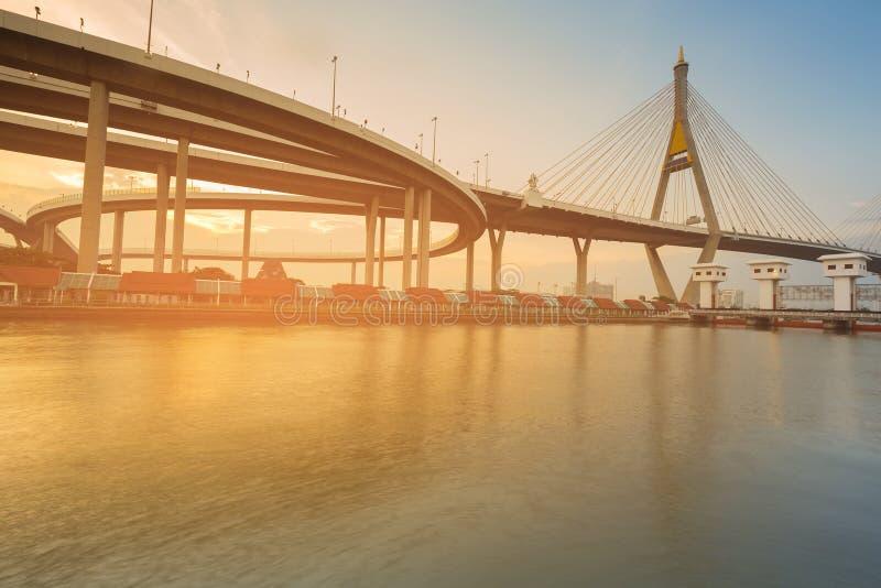 Parte anteriore del fiume di Watergate con il ponte sospeso immagine stock libera da diritti