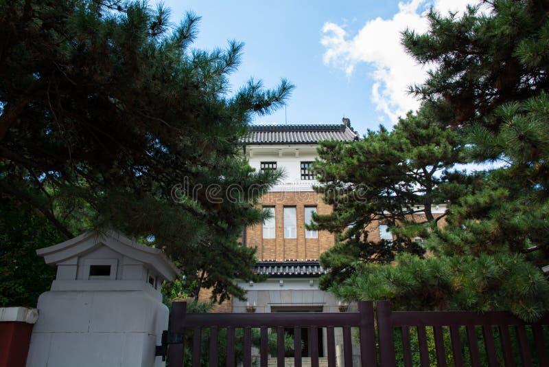 Parte anteriore del frontyard giapponese della costruzione contro cielo blu immagini stock libere da diritti