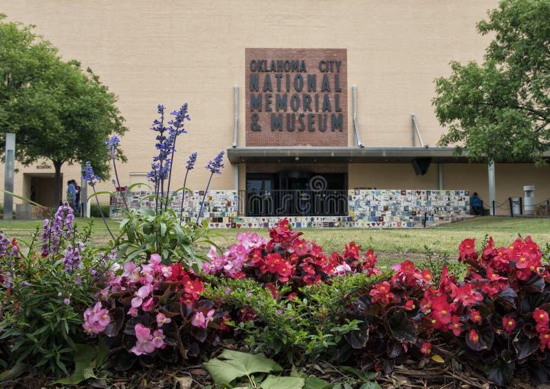 Parte anteriore del memoriale & del museo nazionali di Oklahoma City, con i fiori in priorità alta fotografia stock