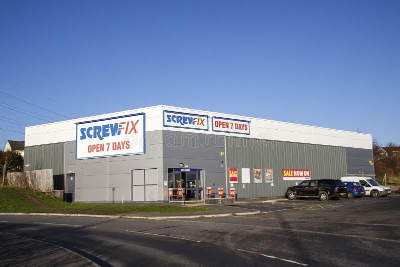 Parte anteriore del negozio di Screwfix con il parcheggio ed il fondo del cielo blu fotografia stock