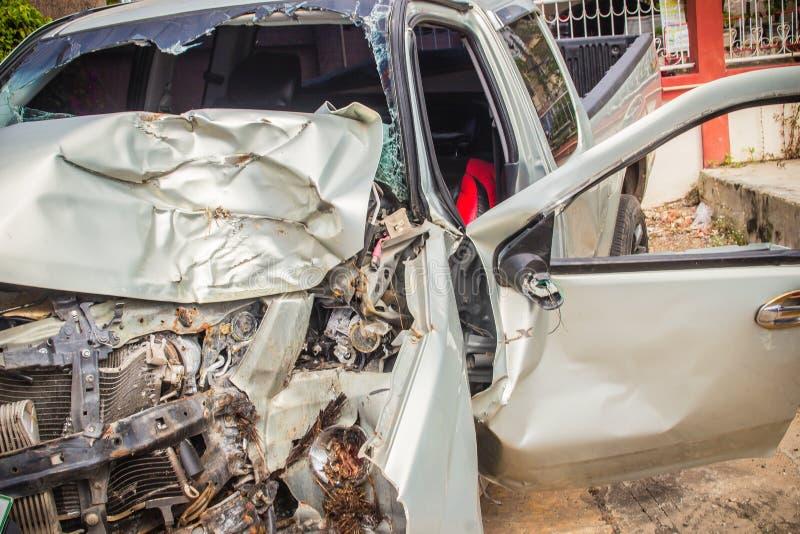 Parte anteriore del primo piano di nuova automobile d'argento distorta accidentalmente arrestato fotografia stock libera da diritti
