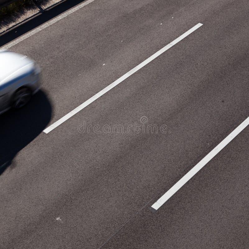Parte anteriore dell'automobile sulla strada immagine stock
