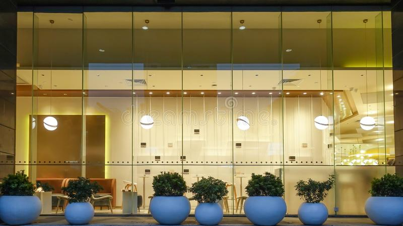 Parte anteriore della finestra della caffetteria in centro commerciale moderno fotografie stock