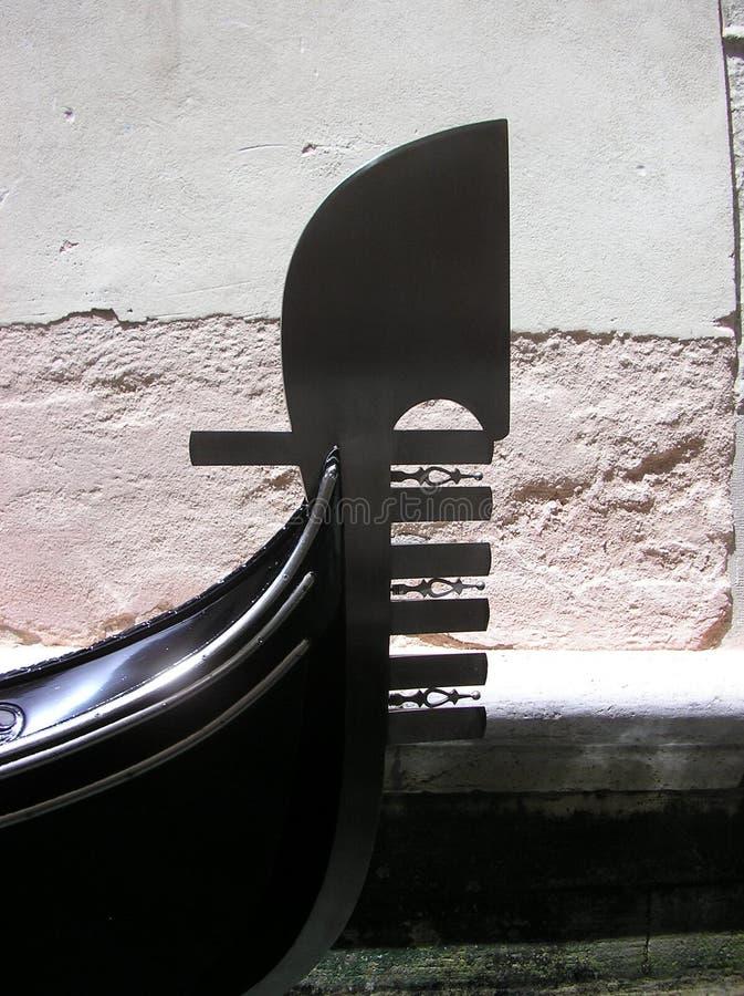 Parte anteriore della gondola veneziana immagini stock