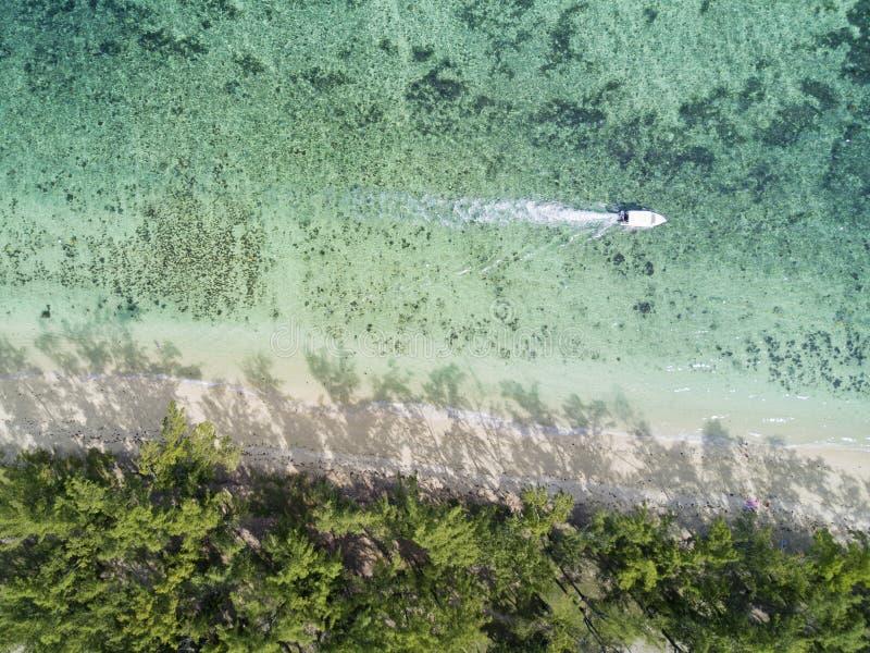 Parte anteriore della spiaggia di vista aerea con la barca fotografie stock libere da diritti