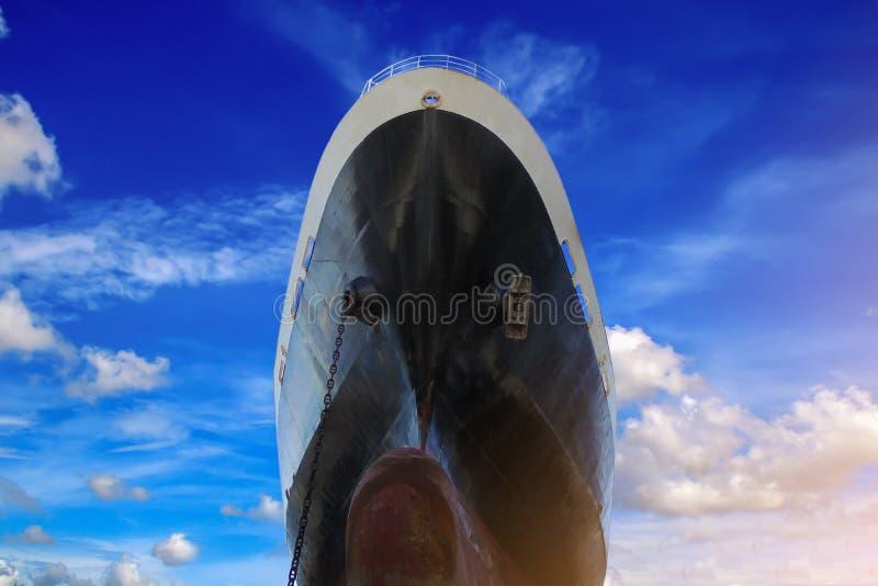 Parte anteriore di angolo basso della nave fotografie stock libere da diritti