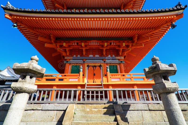 Parte anteriore di bella pagoda rossa al tempio di Kizomizu-dera a Kyoto fotografie stock