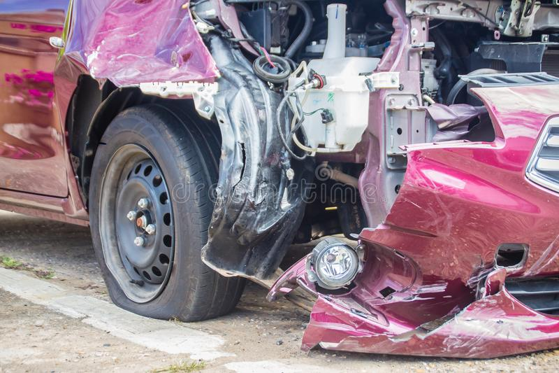 Parte anteriore di nuova automobile rossa distorta accidentalmente Nuova automobile rossa schiantata immagine stock