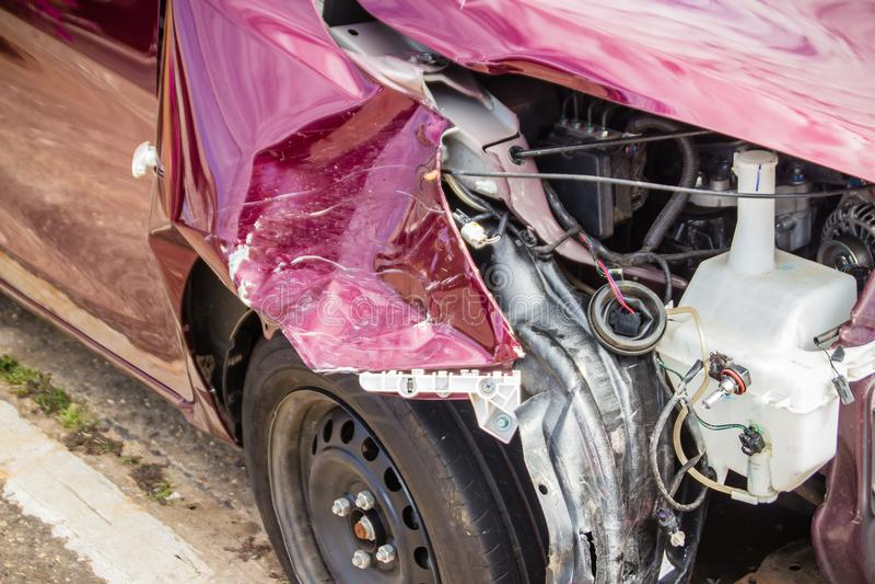 Parte anteriore di nuova automobile rossa distorta accidentalmente Nuova automobile rossa schiantata fotografie stock libere da diritti