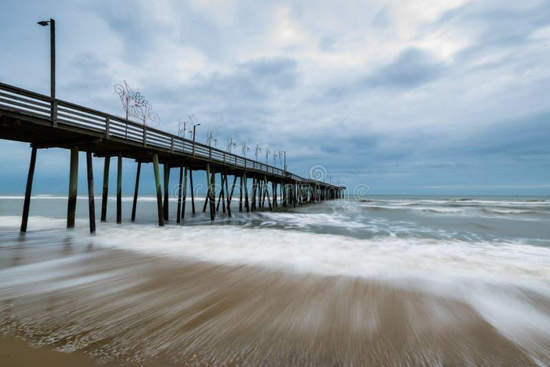 Parte anteriore di oceano in Virginia Beach, la Virginia durante il giorno caldo dell'autunno immagini stock