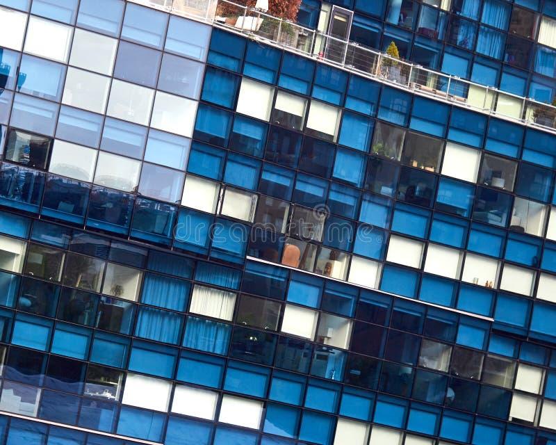 Parte anteriore di un grattacielo che mostra le mattonelle blu e bianche fotografia stock
