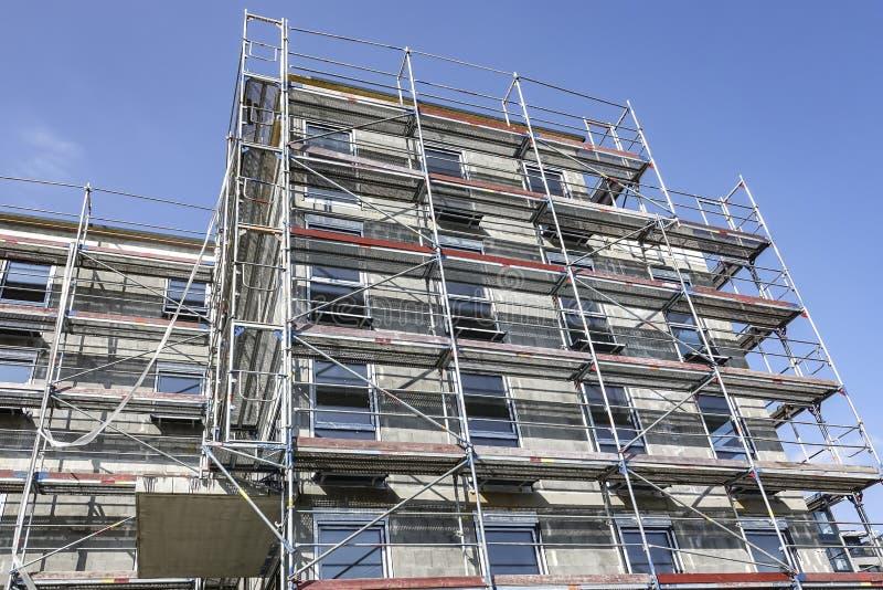 Parte anteriore di un palazzo multipiano coperto in armatura immagine stock