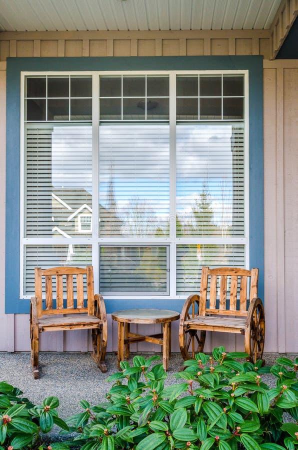 Parte anteriore di una casa rustica con un patio fotografia stock